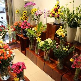 Tổng hợp các mẫu kệ trưng bày hoa tươi sử dụng phổ biến hiện nay