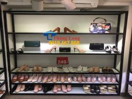 Mẫu kệ để giày dép, túi xách siêu thị